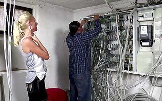 Der Elektriker darf Dirty Tina einen Anal Creampie verpassen